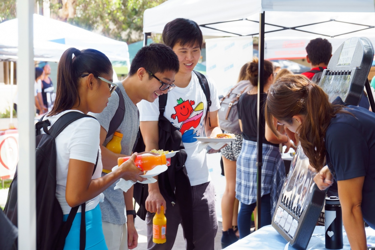 Students enjoy food, drinks and games at Shidler Day